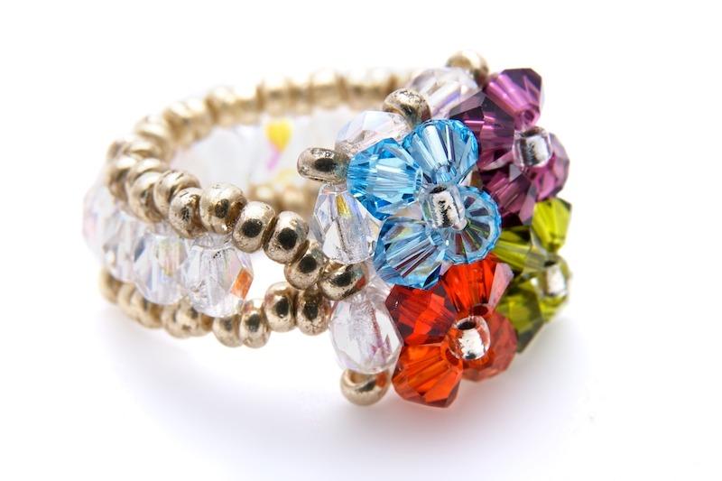 Fabriquez en toute facilité un collier, un bracelet ou encore une paire de boucles d'oreilles avec notre large gamme de perles fantaisies pour tous les goûts! La perle fantaisie pour bijoux s'achète à l'unité ou bien par assortiments de plusieurs perles/5.
