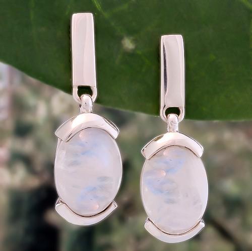 boucles-d-oreille-en-perles-de-pierre-de-lune-montees-sur-argent