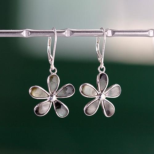 fleurs-en-nacre-grise-montees-sur-pendentifs-d-oreille-ee-en-argent
