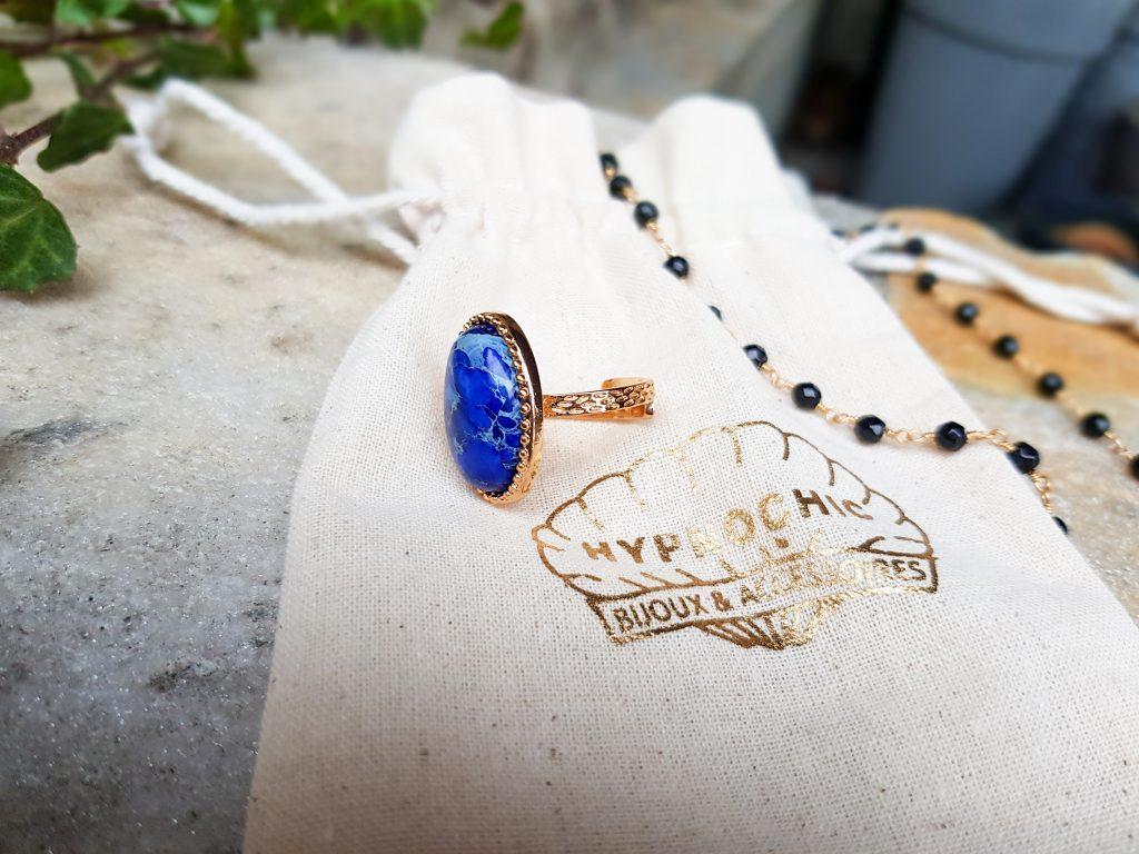 L'esprit hippie chic des bijoux Hypnochic : bague cabochon bleu réglable