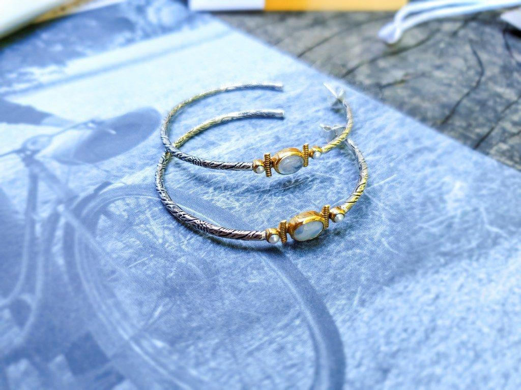 bijoux de l'été Canyon : créoles argent et perles de lune