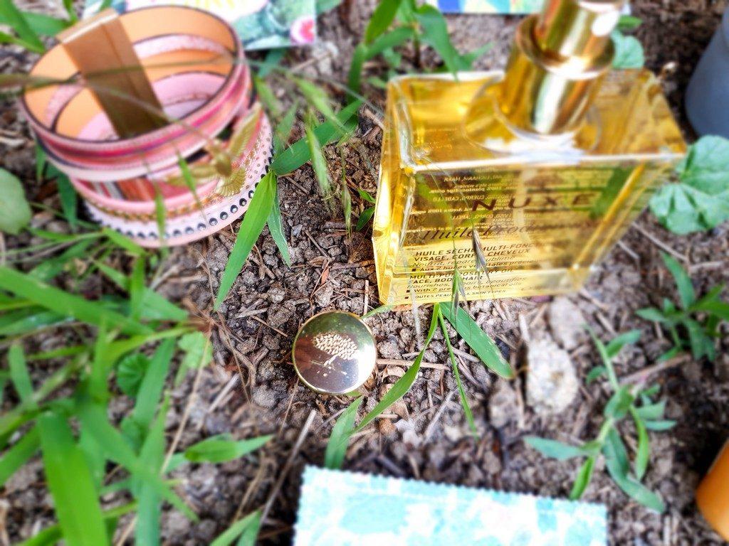 deux produits indispensables pour cheveux bouclés au soleil : huile prodigieuse Nuxe