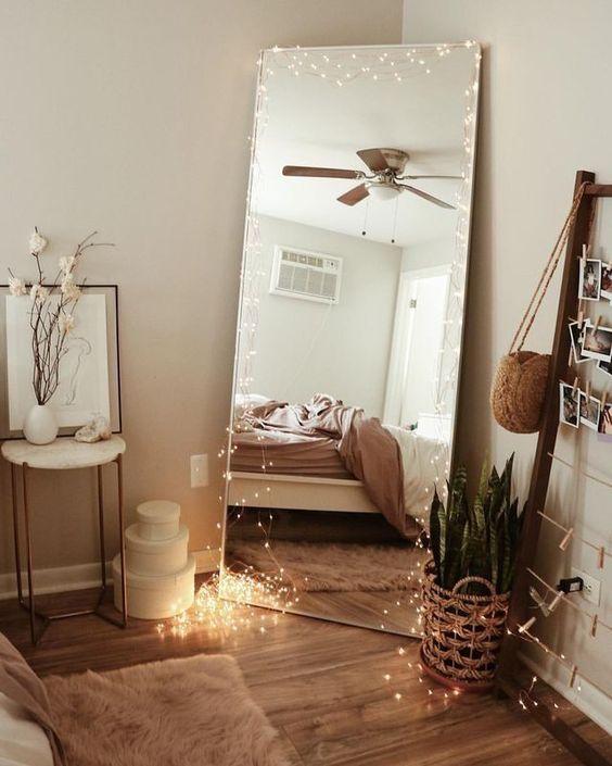 disposer une guirlande lumineuse autour d'un miroir