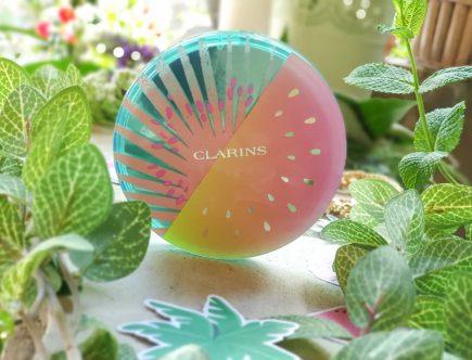 Un teint halé naturel et homogène avec la poudre soleil effet bonne mine Clarins